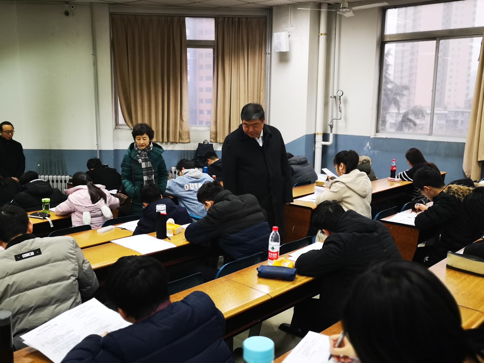 校领导深入考场检查研究生期末考试工作