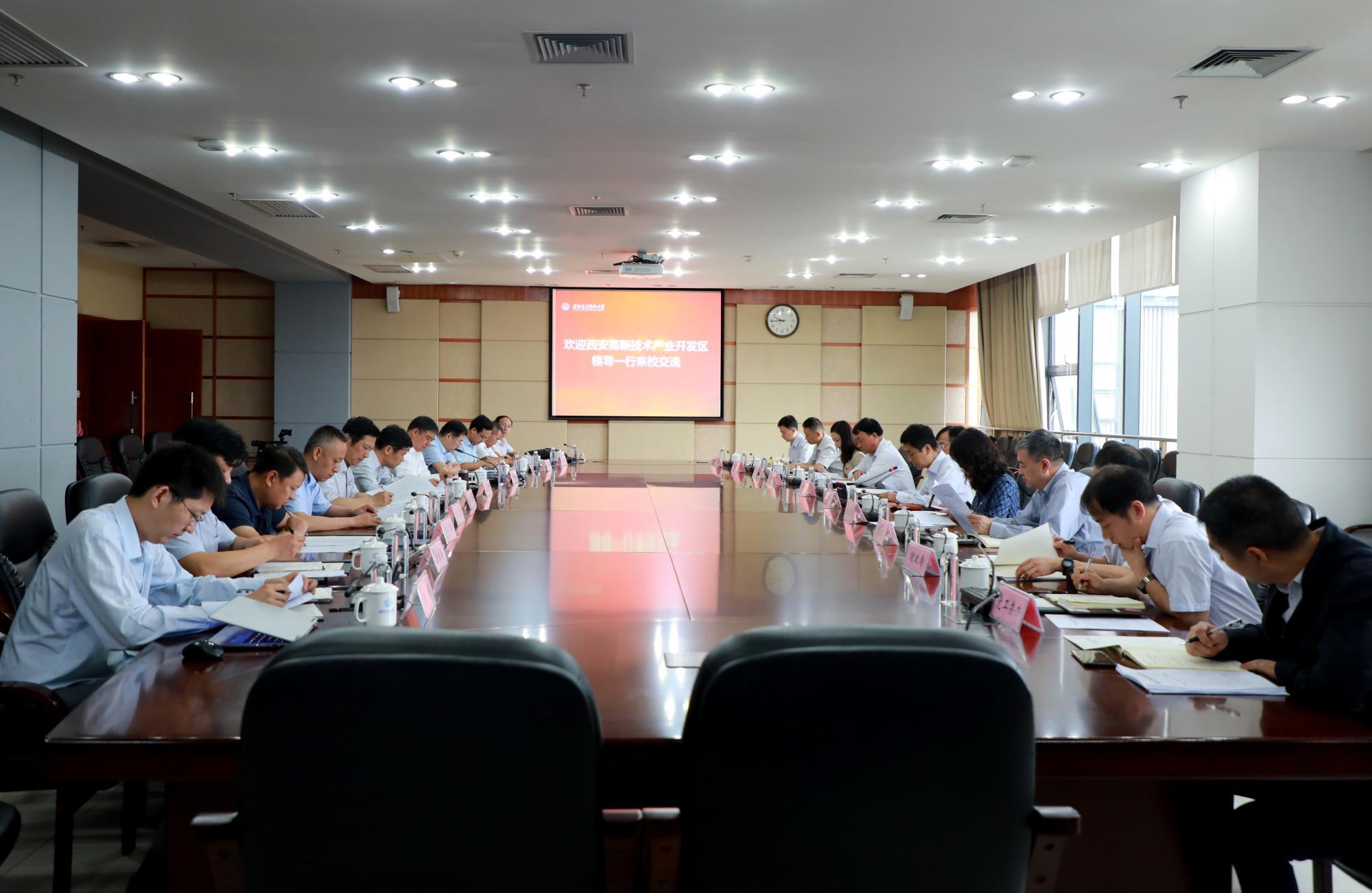 高新区党工委书记钟洪江来校共商一体化发展事宜